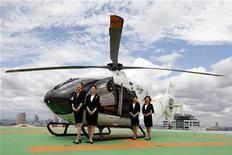 """<p>Стюардессы нового вертолета """"люкс"""" от французской компании Hermes в Токио 7 августа 2009 года. Не успеваете добраться до аэропорта Нарита из центра Токио? Скоро вы сможете это сделать всего за 30 минут с вертолетом от французского производителя Hermes. REUTERS/Yuriko Nakao</p>"""