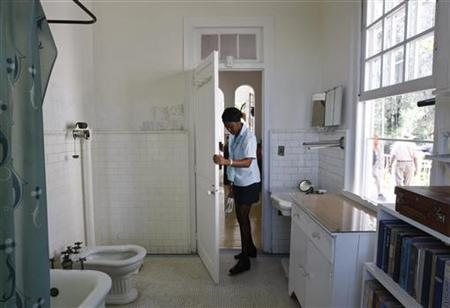 A guard stands in the bathroom of late Nobel-prize winning author Ernest Hemingway at Finca Vigia in Havana May 26, 2009. REUTERS/Enrique De La Osa