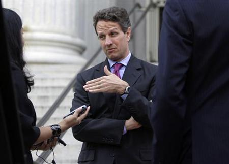 U.S. Treasury Secretary Timothy Geithner talks to his staff as he waits for the arrival of Chinese Vice Premier Wang Qishan outside of the Treasury Department in Washington July 28, 2009. REUTERS/Yuri Gripas