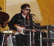 <p>Bob Dylan performs with his band at the 34th annual New Orleans Jazz and Heritage Festival, April 25, 2003. REUTERS/David Rae Morris/Files</p>