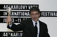 <p>Испанский актер и режиссер Антонио Бандерас со специальным призом от президента фестиваля позирует фотографам на 44-м кинофестивале в Карловых Варах 10 июля 2009 года. REUTERS/David W Cerny</p>