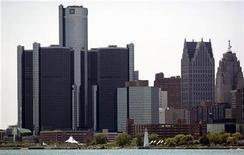 <p>Foto de archivo del edificio central de General Motors Corp. frente al río Detroit, en Michigan, EEUU, 31 mayo 2009. La automotriz General Motors y empresa de subastas eBay lanzaron un programa de pruebas en California que permitirá a los clientes negociar con los concesionarios y comprar automóviles por internet, dijeron el lunes las compañías. REUTERS/Rebecca Cook</p>