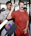 <p>Виктор Бут, подозреваемый в торговле оружием, выходит из здания суда в Бангкоке 11 августа 2009 года. Суд Таиланда во вторник отказался экстрадировать в США россиянина Виктора Бута, обвиняемого в торговле оружием, в том числе колумбийским повстанцам. REUTERS/Chaiwat Subprasom</p>