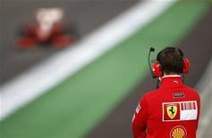 <p>Michael Schumacher fotografato di spalle. REUTERS/Marcelo del Pozo (SPAIN)</p>