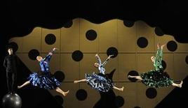 """<p>Foto de archivo de miembros del Royal Ballet durante la presentación de """"Carmen"""" en la Royal Opera House de Londres, 30 ene 2009. La Royal Opera House de Gran Bretaña quiere que los usuarios de la famosa red social Twitter la ayuden a crear la """"primera ópera online del mundo"""". REUTERS/Toby Melville</p>"""