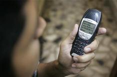 <p>L'invio di un sms. REUTERS/Zahid Hussein</p>