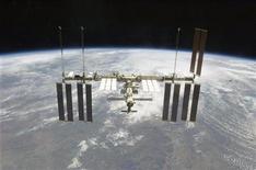 <p>Международная космическая станция видна из шаттла Endeavour 28 июля 2009 года. Австралийский веб-сайт дал жаждущим контакта с иными мирами возможность послать короткие тексты в открытый космос. REUTERS/NASA</p>