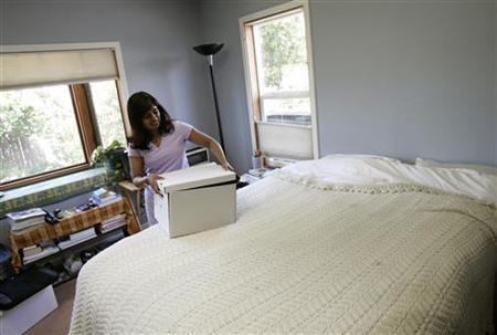 A woman packs a box of belongings from her home in Richmond, California, June 8, 2009. REUTERS/Robert Galbraith