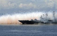 <p>Росийский военный корабль принимает участие в шоу, посвященном дню ВМФ, во Владивостоке 26 июля 2009 года. Российские военные корабли присоединились к международным поискам сухогруза, две недели назад пропавшего у берегов Франции, что породило предположения о захвате судна пиратами. REUTERS/Yuri Maltsev</p>