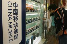 <p>Foto de archivo de una muestra de teléfonos móviles en una tienda de Hong Kong, 19 mar 2009. Las ventas mundiales de teléfonos móviles cayeron un 6 por ciento en el trimestre abril-junio, aunque a menor ritmo que los tres meses previos, ya que una baja en los precios elevó la demanda por aparatos inteligentes, dijo el miércoles la firma de estudios Gartner. REUTERS/Bobby Yip</p>