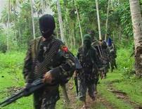 """<p>Кадр видеозаписи 6 феврая 2009 года, запечатлевшей членов группировки """"Абу Сайяф"""" в филиппинских лесах. По меньшей мере 53 человека погибли в результате военной операции филиппинской армии против исламских боевиков на юге страны, сообщило военное командование. REUTERS/Philippine National Red Cross via Reuters TV</p>"""