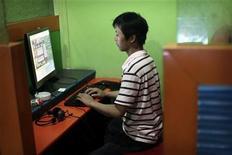 """<p>Un hombre usa un computador para jugar en internet en un cibercafé en el centro de Shanghái, 6 ago 2009. Los padres chinos """"derraman lágrimas"""" mientras suplican al Gobierno que proteja a sus hijos de las obscenidades de internet, afirmó el jueves un ministro, justificando así los límites al acceso a la red en China. El Gobierno del gigante asiático ha cerrado cientos de páginas web en una campaña contra la pornografía y el """"contenido vulgar"""" de la red, que en algunos casos ha afectado a páginas disidentes, despertando las críticas sobre que Pekín está reprimiendo con dureza la libertad de expresión. REUTERS/ Nir Elias</p>"""