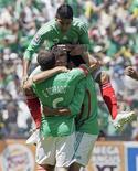 <p>Jogadores do México comemoram após colega do time Israel Castro ter feito gol contra o time dos Estados Unidos durante a Concacaf. 12/08/2009. REUTERS/Henry Romero</p>
