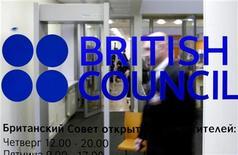 <p>Вход в Британский Совет в Санкт-Петербурге 14 января 2008 года. Посольства Великобритании по всему миру постоянно сталкиваются с самыми невообразимыми просьбами и жалобами своих граждан, не чурающихся обращаться за помощью к родному государству при любом случае. REUTERS/Alexander Demianchuk</p>