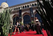 <p>Guests arrive at the 59th Primetime Emmy Awards in Los Angeles, California September 16, 2007. REUTERS/Lucy Nicholson</p>