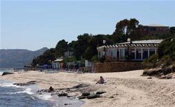<p>Un hotel sulla spiaggia vicino a Santa Margerita di Pula in Sardegna. REUTERS/ Thomas Bohlen</p>