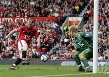 <p>Rooney, do Manchester United, marcando gol sobre o Birmingham em disputa pelo título do campeonato inglês.Rooney dá vitória ao Manchester United; Liverpool perde. REUTERS/Darren Staples</p>