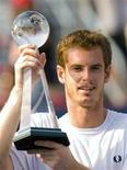 <p>Britânico Andy Murray com o troféu após derrotar o argentino Juan Martin del Potro na final do Masters de Montreal. 16/08/2009. REUTERS/Shaun Best</p>