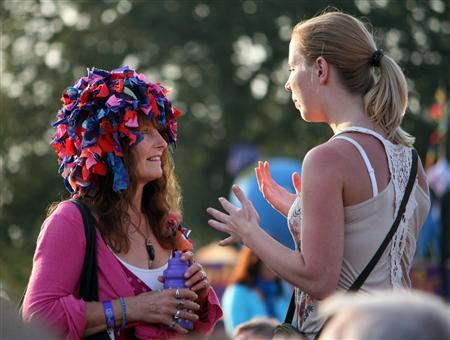 Concertgoers chat at Fairport's Cropredy Convention near Banbury in southern England, August 13, 2009. REUTERS/Jeremy Gaunt