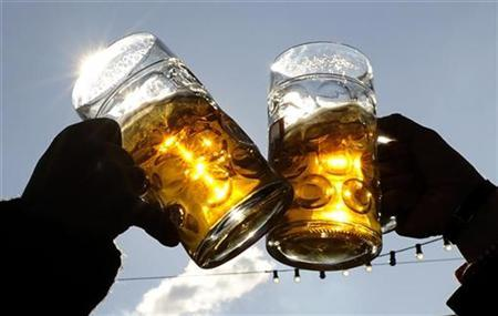 Visitors toast each other on a sunny day during Oktoberfest in Munich, September 27, 2008. REUTERS/Kai Pfaffenbach
