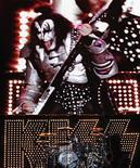 """<p>Foto de archivo de los miembros de KISS durante el festival del VErano boreal en Quebec, Canadá, 16 jul 2009. Kiss la autoproclamada """"banda más candente de la tierra"""", seguirá la mayor tendencia en el mundo del rock clásico: exclusividad con Walmart. REUTERS/Mathieu Belanger</p>"""