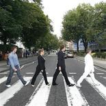 """<p>Admiradores australianos de The Beatles recrean la icónica portada de Abbey Road en su aniversario número 40, en Londres, 8 ago 2009. La cadena británica BBC emitirá un documental el próximo mes con antiguas conversaciones inéditas entre los miembros de The Beatles en el estudio de grabación Abbey Road en Londres. El programa """"Beatles Week"""", que será transmitido a través de los canales BBC2 y BBC4 a partir del 5 de septiembre, coincide con el lanzamiento del catálogo original remasterizado de la banda el 9 de septiembre, además del estreno del videojuego """"The Beatles: Rock Band"""", el primer gran salto del grupo hacia el mundo de la música digital. REUTERS/Luke MacGregor (IMAGENES DEL DIA)</p>"""