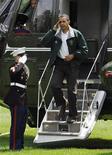 """<p>Барак Обама выходит из вертолета """"Marine One"""", Белый дом, Вашингтон 2 августа 2009 года. Новый суперсовременный вертолет, который в случае ядерной атаки должен помочь президенту США Бараку Обаме быстро покинуть зону поражения, помимо ряда технических возможностей обладает еще одним неоспоримым достоинством - на его борту можно готовить. REUTERS/Jonathan Ernst</p>"""