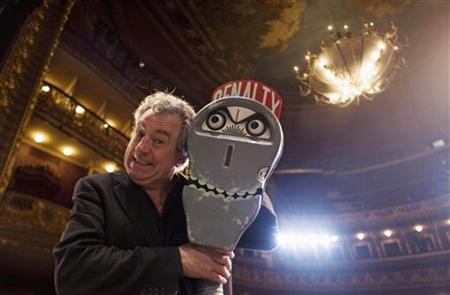 Former Monty Python Terry Jones poses next to ''the parking meter from hell'' before an interview with Reuters at Sao Luis theatre in Lisbon January 10, 2008. REUTERS/Nacho Doce