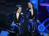 <p>Le duo arménien Inga et Anouch lors du dernier concours de l'Eurovision, mi-mai. Un Azerbaïdjanais a affirmé avoir été convoqué par les autorités de son pays pour expliquer pourquoi, comme 43 autres de ses compatriotes, il avait voté en faveur de l'Arménie au concours de l'Eurovision de la chanson. Depuis près de 20 ans, Bakou et Erevan se disputent la région du Haut-Karabakh. /Photo prise le 12 mai 2009/REUTERS/Sergei Karpukhin</p>