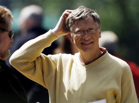 Bill Gates former CEO of Microsoft looks for a place to sit for lunch outside the Sun Valley Inn in Sun Valley, Idaho July 9, 2009. REUTERS/Rick Wilking