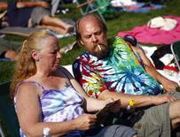 <p>Семейная пара на фестивале Bethel Woods, проходящем рядом с местом проведения знаменитого Вудстока в городе Бетел 15 августа 2009 года. Послевоенное поколение американцев все еще сидит на наркотиках, ухудшая статистику потребления запрещенных средств среди людей пожилого возраста почти вдвое. REUTERS/Eric Thayer</p>