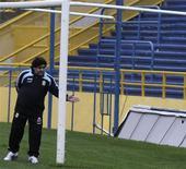<p>O técnico da seleção argentina, Diego Maradona, visita o estádio do Rosario Central antes da partida contra o Brasil pelas Eliminatórias, marcada para setembro no local. Na terça, a federação do país aprovou um acordo para a transmissão aberta do campeonato nacional. 18/09/2009. REUTERS/Sebastian Granata</p>