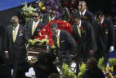 <p>Members of the Jackson family act as pall-bearers during the memorial services for pop star Michael Jackson in Los Angeles July 7, 2009. REUTERS/Mario Anzuoni</p>