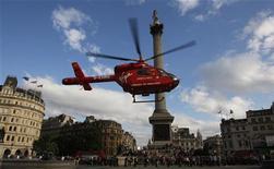 """<p>Вертолет скорой помощи приземляется на Трафальгарской площади в Лондоне 12 июля 2009 года. Гости Лондона всегда были вынуждены приглядывать за своими кошельками из-за карманников, однако теперь им придется столкнуться с новым видом воришек - в городе работают """"щипачи-наоборот"""". REUTERS/Luke MacGregor</p>"""