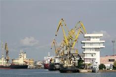 """<p>Корабли в порту города Поти, Грузия 13 августа 2008 года. Власти Грузии задержали следовавший в Абхазию танкер и арестовали за """"контрабанду"""" топлива турецкого капитана, намереваясь осудить его на длительный срок, а судно продать с аукциона, сообщил минюст Грузии. REUTERS/Umit Bektas</p>"""