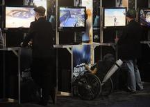 <p>Dei giovani provano dei nuovi videogame a una mostra mercato di settore. REUTERS/Phil McCarten</p>