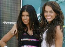 <p>Singers Fergie (L) and Miley Cyrus pose as they arrive at the Teen Choice 2009 Awards taping in Los Angeles, California August 9, 2009. REUTERS/Fred Prouser</p>