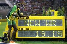 <p>Ямайский спринтер Усэйн Болт позирует рядом с табло, на корором отображается его новый мировой рекорд в беге на 200 метров на Олимпийском стадионе в Берлине 20 августа 2009 года. Ямайский бегун Усэйн Болт, который в четверг вечером установил очередной мировой рекорд на проходящем в Берлине чемпионате мира по легкой атлетике, хочет стать легендой мирового спорта. REUTERS/Michael Dalder</p>