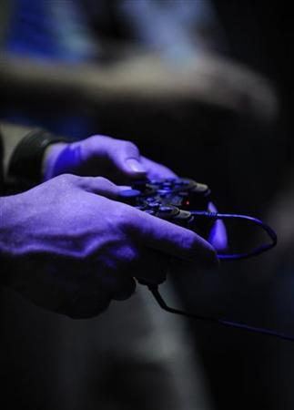 A participant uses a Sony Playstation controller at the E3 Electronic Entertainment Expo in Los Angeles June 2, 2009. REUTERS/Phil McCarten