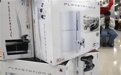 <p>Immagine di alcune Playstatio 3 di Sony in un negozio. REUTERS/Kim Kyung-Hoon (JAPAN)</p>