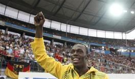 <p>El velocista jamaquino Usain Bolt saluda al público antes de la prueba de los 4x100 metros planos con relevos en el Campeonato Mundial de Berlín, 21 ago 2009. Bolt quien demolió el récord mundial en las pruebas de los 100 y 200 metros planos en Berlín para conquistar dos medallas de oro, le dio una alegría a su público el viernes al celebrar su cumpleaños 23 con un maratón de firma de autógrafos. REUTERS/Dominic Ebenbichler</p>