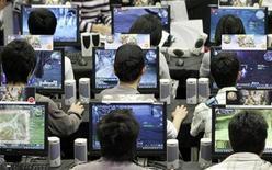 <p>Foto de archivo de un grupo de personas jugando videojuegos durante una feria del rubro desarrollada en Taipéi, 12 feb 2009. Los videojuegos suelen ser considerados una obsesión de los adolescentes, pero en realidad el jugador promedio es una persona de 35 años, que suele tener sobrepeso, ser introvertido y padecer depresión, reveló una investigación estadounidense. REUTERS/Pichi Chuang</p>