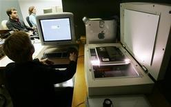 <p>Immagine d'archivio di un tecnico che scannerizza un libro presso la Biblioteca Pubblica di New York. REUTERS/Mike Segar MS/JRB</p>