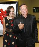 "<p>L'attore Robin Williams, interprete di ""World's Greatest Dad"", davanti ai fotografi con la figlia Zelda alla prima del film a Los Angeles. REUTERS/Fred Prouser</p>"