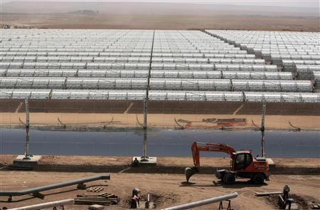 Workers build a thermo-solar power plant in Beni Mathar August 20, 2009. REUTERS/Rafael Marchante