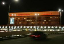"""<p>Здание аэропорта """"Шереметьево-2"""" 2 декабря 2006 года. Зарегистрироваться на рейс и доехать в аэропорт """"Шереметьево-2"""" на экспресс-поезде с 28 августа можно будет и с Белорусского вокзала Москвы, сообщил аэропорт. REUTERS/Alexander Natruskin</p>"""