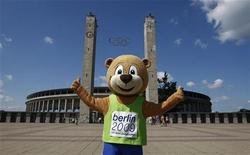 <p>Официальный талисман чемпионата мира по легкой атлетике 2009 года медвежонок Берлино позирует у Олимпийского стадиона в Берлине 4 августа 2009 года. Полиция Берлина в воскресенье утром рядом с одним из ночных клубов задержала шесть легкоатлетов из США, Кубы и Багамских островов. REUTERS/Fabrizio Bensch</p>