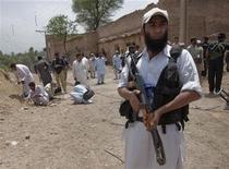 """<p>Полицейский стоит невдалеке от места взрыва бомбы, пригород Пешавара, Пакистан 10 августа 2009 года. Пакистанская полиция арестовала семерых боевиков, связанных с экстремистской организацией """"аль-Каида"""" и собиравшихся взорвать значимые объекты в городе Карачи, сообщил суперинтендент полиции Файаз Хан в ночь на понедельник. REUTERS/Adrees Latif</p>"""
