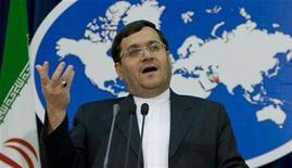 <p>Представитель иранского МИДа Хассан Кашкави общается с журналистами на пресс-конференции в Тегеране 23 февраля 2009 года. Иран по-прежнему будет сотрудничать с ядерным агентством ООН, заявило министерство иностранных дел страны в понедельник, очевидно, подтверждая, что Тегеран допустил инспекторов на строящийся реактор. REUTERS/Raheb Homavandi</p>