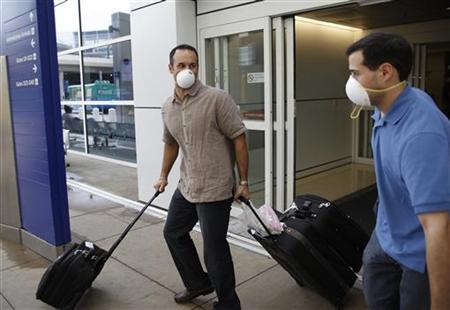 Passengers arriving from Monterrey, Mexico wheel their bags outside of DFW airport in Fort Worth, Texas April 30, 2009. REUTERS/Jessica Rinaldi